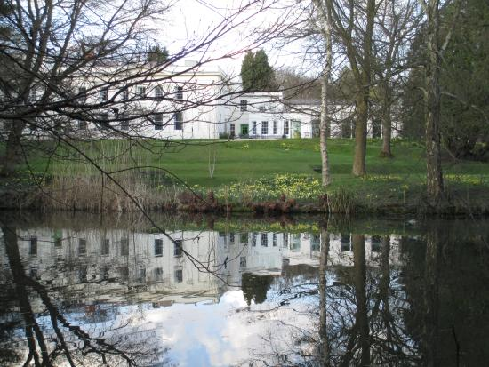Bed and Breakfast at Woodbrooke: Great reflections on the lake