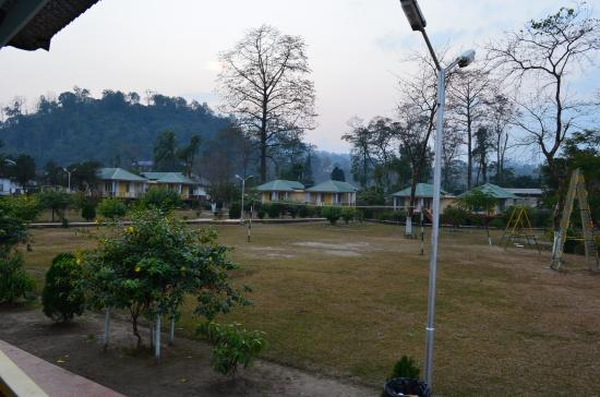 Bhalukpong, India: garden cottages and play area