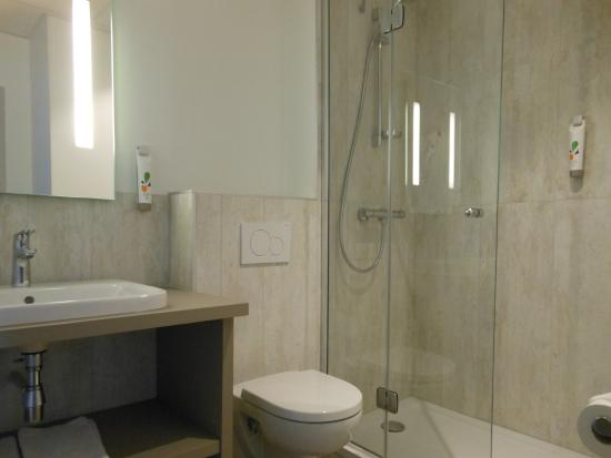 Salle de bain douche - ibis Styles Mâcon Centre 2016