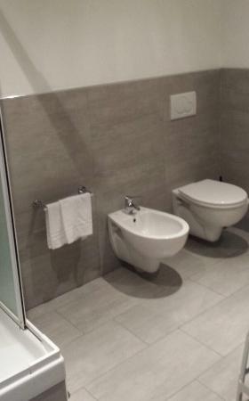 armoire de toilette modèle 1950 minuscule - Picture of Villa Pozzi ...