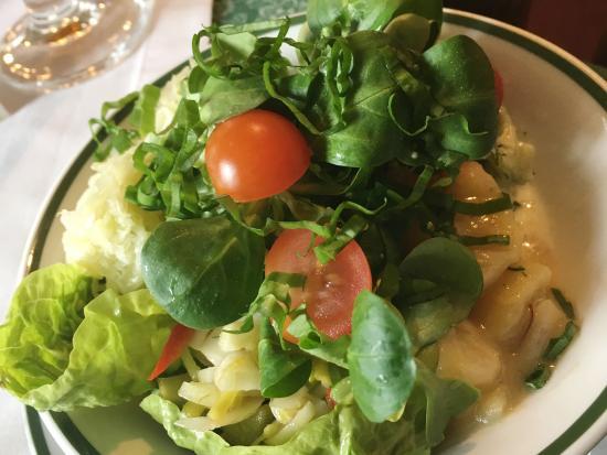 Lendorf, Austria: Frischer Salat mit Kräutern aus dem eigenen Garten ist obligat