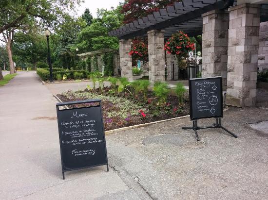 Gardens of the restaurant photo de jardin botanique de for Restaurant jardin botanique