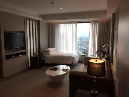 Le Meridien Chiang Mai: гостиная комната сьюта