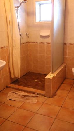Tamboti Guest House: Zu kurzer Duschvorhang, dadurch Überschwemmung im Bad.