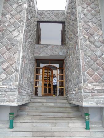 El Crater Hotel: entrada al hotel de piedra, todo el hotel está muy bien decorado