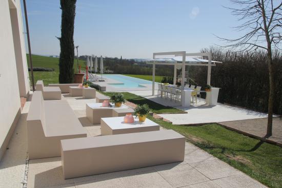 B&B Villa Luogoceleste: Lounge area - pool april 2016