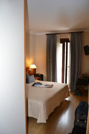 Hotel Pyrenees: chambre spacieuse