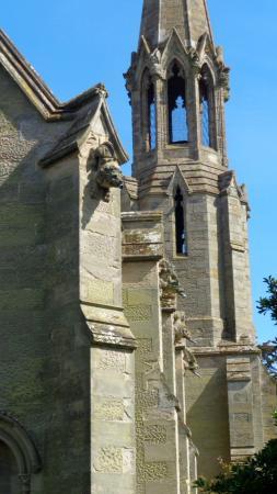 Charlecote, UK: wieża z dzwonem i ozdoby budynku