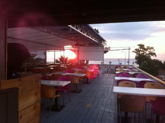 Üç tarafı deniz gören Küpler roof bar