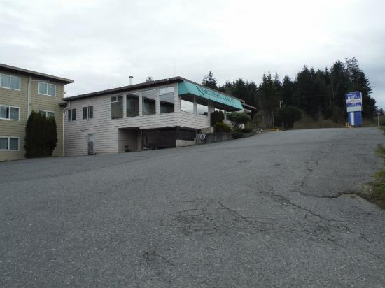 Haida Way Motor Inn: View of Inn from the road