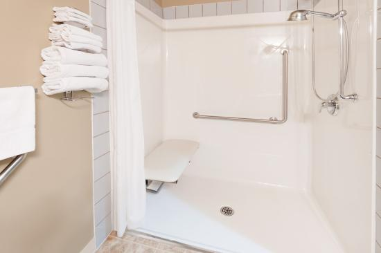 Three Hills, Канада: Accessible Bathroom 2