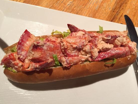 Duffy's Tavern & Grill : lobster roll up close