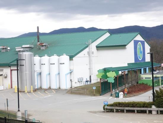 Waterbury, Βερμόντ: This plant stores 5000 gallons of milk on site in these tanks.