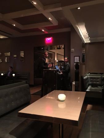 The London Bar: Excelente ambientación en el Bar London , este es el acceso donde se encuentra la cajera y el ma