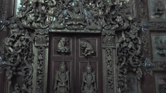 Porta in legno intarsiata dentro il monastero - Bild von ...