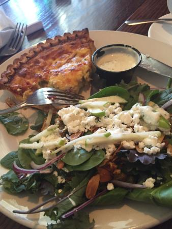 Valle Crucis, Carolina del Nord: Quiche of the day + salad with herb ranch dressing. Delicious!