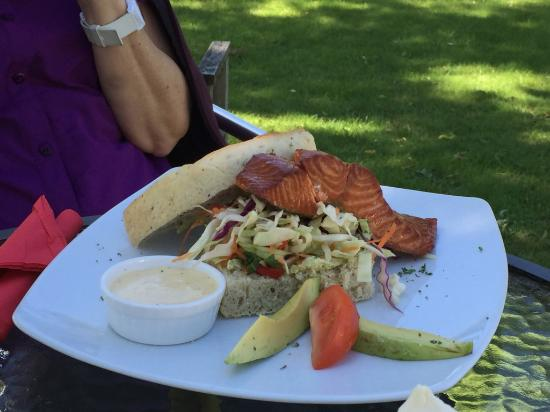 Tokanui, Nueva Zelanda: Salmon sandwich - Niagra Falls Cafe, The Catlins