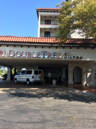 DoubleTree by Hilton Hotel San Antonio Airport: From front of hotel with Shuttle bus which is available