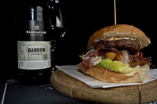 Morrigan Pub: Panino WHITE KNIGHT, hamburger marchigiaana 130g, fonduta di formaggi, patate cotte al forno, pr
