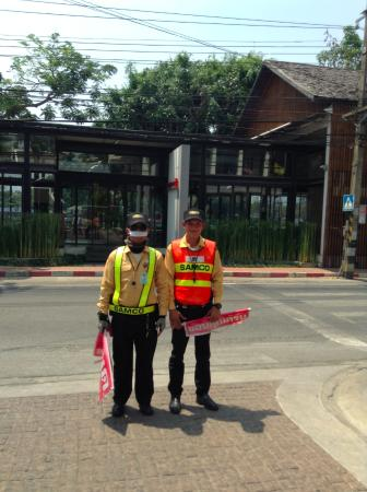 RarinJinda Wellness Spa Resort: the ever friendly and helpful crossing guards to the restaurant