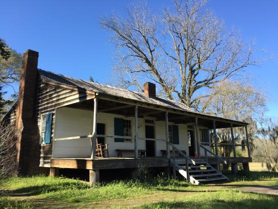 Natchez, MS: Exterior of Mount Locust Inn
