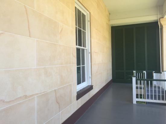 Natchez, MS: Faux-marble exterior painted on stucco