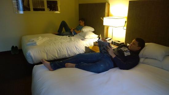 Hyatt Regency Chicago: Amigos descansando após chegar
