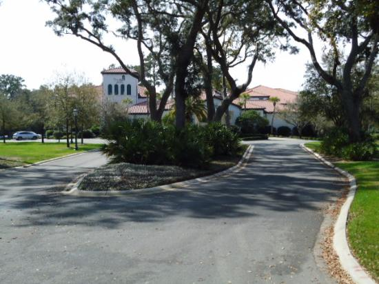 The Inn at Sea Island: Set off from street traffic and beautifully landscaped.