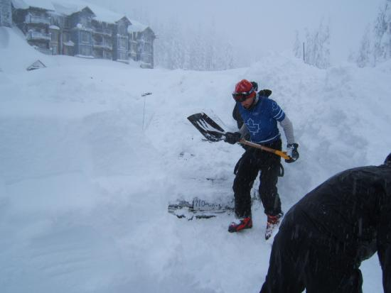 Mount Washington, Canadá: These poor guys didn't park in the underground parking lot with heated driveway like we did!
