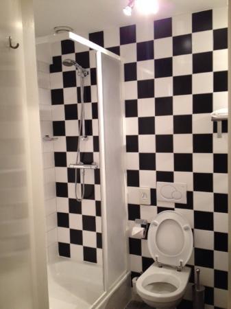 nette badkamer met douche - Foto van Hampshire Hotel - Parkzicht ...