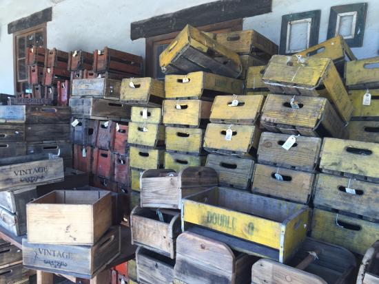 Caledon, Sudáfrica: stacks of wooden crates