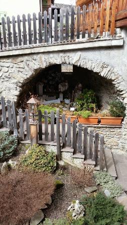 piccola grotta con riproduzione del castello di Ossana