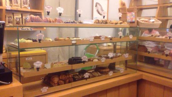 Mom's Bakery: 入り口付近にサンドイッチを作ってくれることがあります。奥には色々なパンが売ってます。