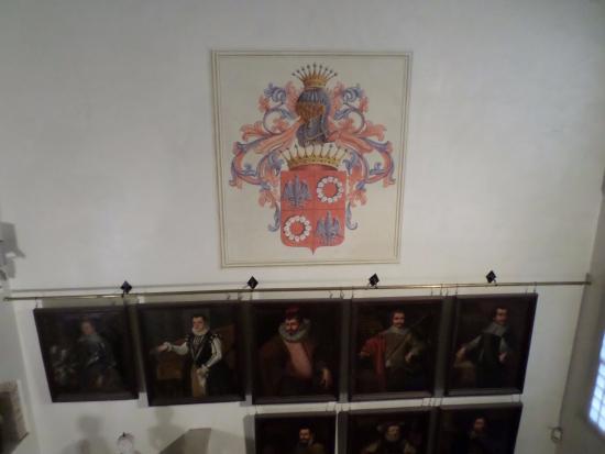 Pordenone, Włochy: Lo stemma e alcune opere viste dalle scale verso il secondo piano