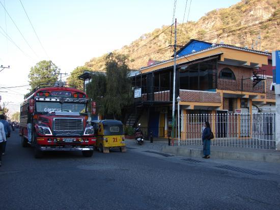 Posada Monte Rosa: i chicken bus