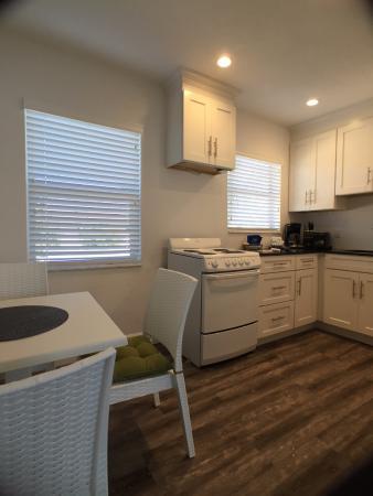 Sea Spray Inn : One-Bedroom Kitchen
