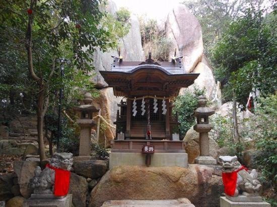 ご神体の甑岩 - 西宮市、越木岩神社の写真 - トリップアドバイザー