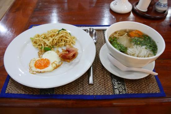 City Angkor Hotel: 右の麺は注文に応じて作ってくれます。