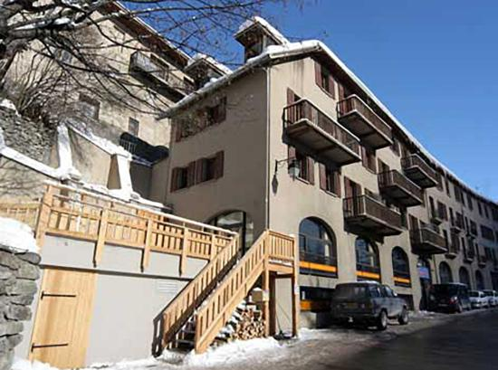La Grave, Prancis: Front of Skiers Lodge - Le Bar is in the basement.