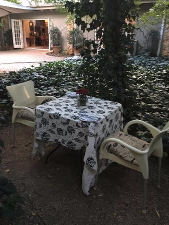 Ducks Country House: Romantic table for 2 in the garden.