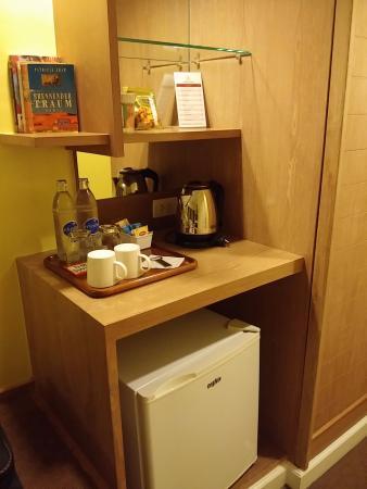 Le Siam Hôtel: Mini fridge and kettle