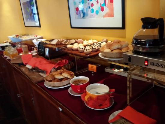 Le Siam Hôtel: Bread, cakes and cheese selection