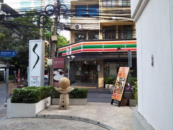 Le Siam Hôtel: 7-11 next door to hotel entrance / signage