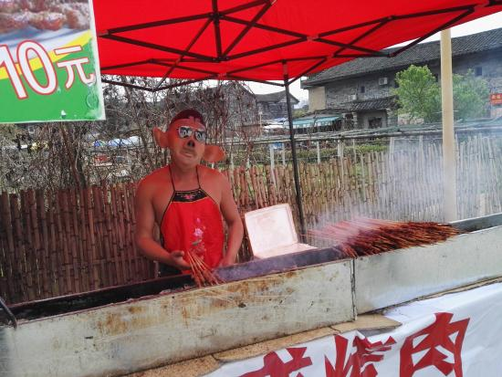 Yun Shui Yao Ancient Town: barbecue seller, in costume