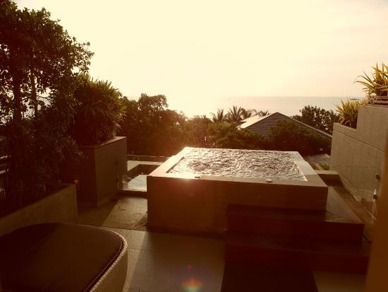 Rest Detail Hotel Hua Hin: 有附按摩浴缸的套房,望出去海天一線.