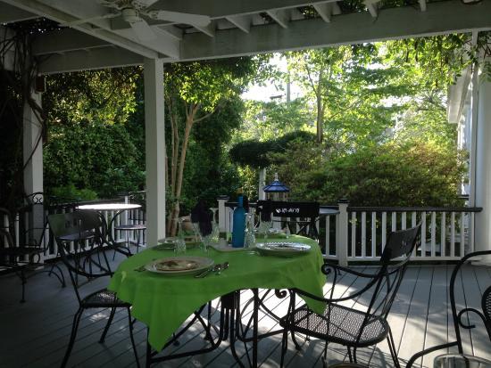 The White Doe Inn Bed & Breakfast: Outside porch for dining