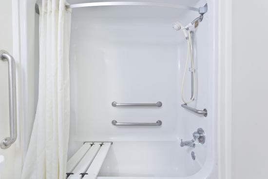 Super 8 Melbourne: Handicap Accessible Bath