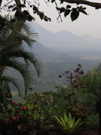Halgolla Plantation Home: morning mist from the house,down the valley