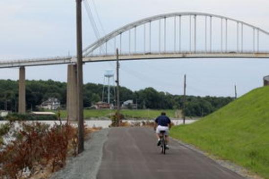 Chesapeake City, MD: Bike path 10 mi to the Delaware River!