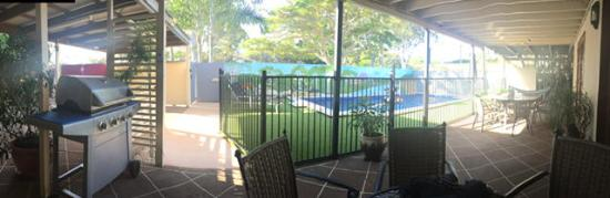 Harbourside B&B: Swimming pool & BBQ area
